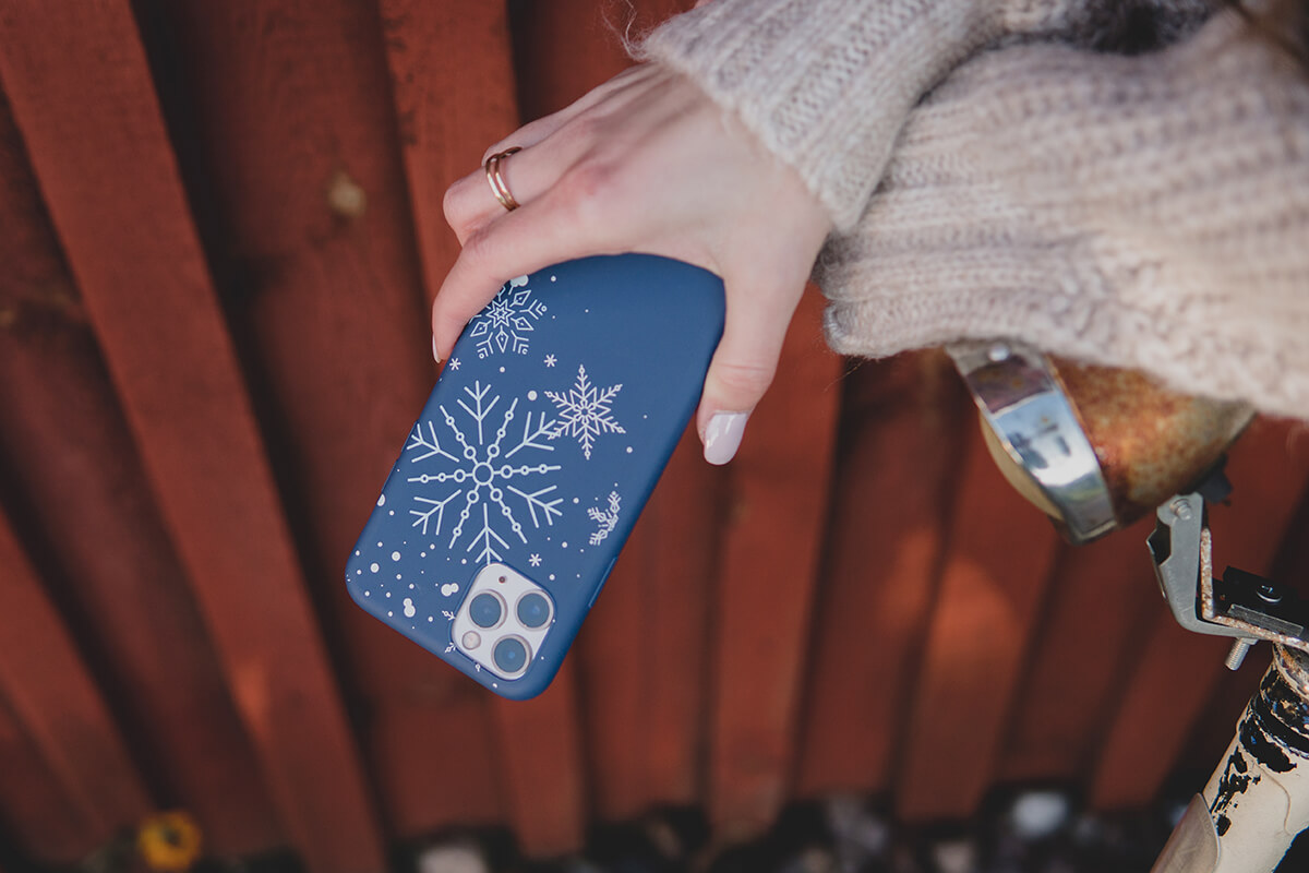 Etui 3mk Matt Case Winter Edition All You Need Is Snow. Zimowa edycja etui o zwiększonej odporności na zarysowania, przebarwienia i ślady palców.